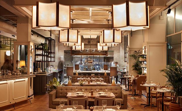 这间餐厅看起来有点像成都茶馆,其实是升级版的联合办公空间